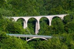 在黑山的山路的老石桥梁 库存图片