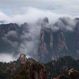 在黄山(黄色山)的有薄雾的早晨,中国 免版税库存图片