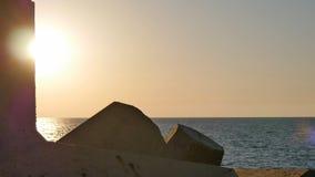 在从岩石观看的海的日落 图库摄影