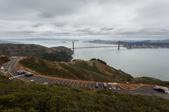 在从峭壁的距离看见的金门大桥 库存图片