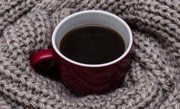 在围巾包裹的咖啡 免版税库存照片
