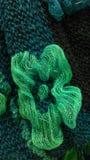在围巾的绿色布料花装饰 免版税图库摄影