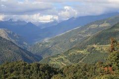 在廷布之间的风景和Gangtey -不丹 库存照片