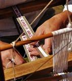 在织布机的人手。 库存照片