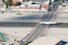 在直布罗陀机场跑道的英国航空公司飞机 库存照片