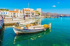 在贴水帕帕佐普洛斯口岸的希腊小船 免版税图库摄影