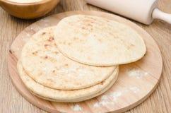 在水平一个的木板的麦子玉米粉薄烙饼 库存照片