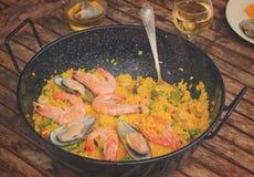 在黑平底锅的海鲜肉菜饭 库存图片