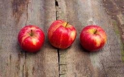 在水平木的背景的成熟红色苹果 库存图片
