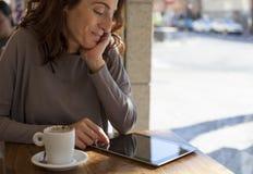 在水平的咖啡馆的妇女片剂 免版税库存照片
