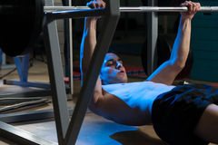 在水平的杠铃的背部锻炼拔 库存照片