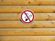 在水平的板条被绘的木墙壁上的禁烟标志  库存图片