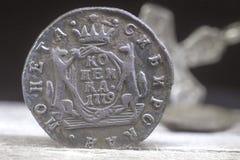 在1779年俄罗斯帝国的一枚老硬币在正统十字架的被弄脏的背景 库存照片