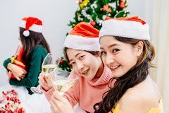 在2018年圣诞晚会的亚洲十几岁 图库摄影