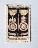 在1956年庆祝军事奖牌的百年的老紫色法国邮票 免版税库存图片