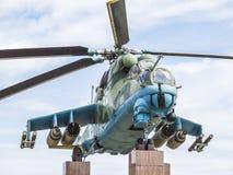 在1982年战斗直升机MI-24V在反对天空的一个垫座 正面图 免版税库存照片