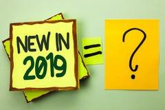 在2019年手写文本写新 意味新时代最新的年期间季节年鉴以后的现代的概念写在堆积 免版税库存照片