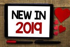 在2019年手写文本写新 意味新时代最新的年期间季节年鉴以后的现代的概念写在片剂o 免版税图库摄影