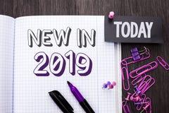 在2019年手写文本新 意味新时代最新的年期间季节年鉴以后的现代的概念写在笔记本书  库存图片