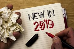 在2019年手写文本新 意味新时代最新的年期间季节年鉴以后的现代的概念写由人在笔记本 库存图片