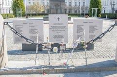 在2010年木十字架纪念波兰空军队图-154崩溃在斯摩棱斯克 十字架在华沙临近总统府 免版税库存照片