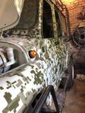 在2003年老UAZ马达的修理,在被投掷的车库 库存照片