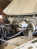 在2003年老UAZ马达的修理,在被投掷的车库 免版税库存照片