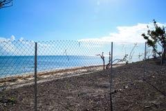 在2017年阻拦恢复的链节篱芭美丽的佛罗里达群岛海滩区域在被毁坏被飓风厄马以后 免版税库存照片
