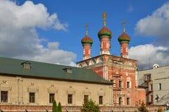 在1702年,在1690-1694圣Sergius Radonezhsky餐厅教会建造和再修改的 Vysokopetrovsky修道院高Monas 免版税库存图片