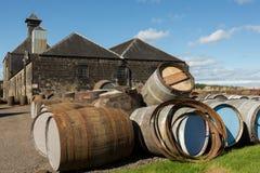 在仓库前面的威士忌酒桶 免版税库存图片
