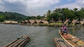 在水库的木筏 免版税图库摄影