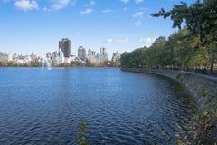 在水库的秋天下午在中央公园 免版税库存图片