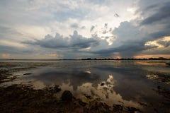 在水库的美丽的云彩 免版税库存照片