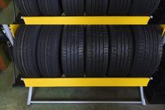 在仓库的车胎 免版税库存图片