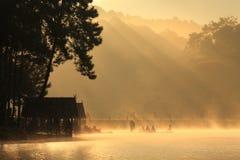 在水库的金黄早晨光 库存照片