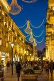 在巴库街道,走的人民上的晚上 免版税库存图片