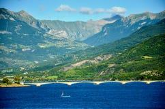 在水库Lac在法国的东南部的de Serre-Ponson的路桥梁监禁河的 普罗旺斯,阿尔卑斯 Savines le 免版税库存图片