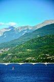 在水库Lac在法国的东南部的de Serre-Ponson的路桥梁监禁河的 普罗旺斯,阿尔卑斯 Savines le 库存图片