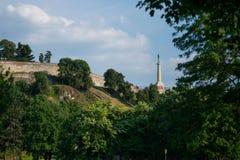在从底部看见的Kalemegdan堡垒的胜者雕象在贝尔格莱德,塞尔维亚 免版税库存照片