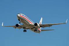 在离开现用跑道的减速火箭的颜色的美国航空波音737 库存图片