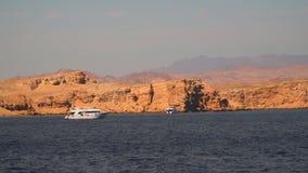 在离开的岸附近的白色游船 西奈埃及 股票录像