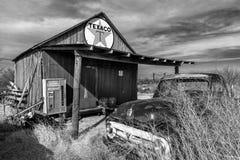 在离开的德士古驻地,内布拉斯加的遥远的部分前面的被放弃的老卡车 库存照片