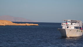 在离开的海岸附近的游船 股票录像