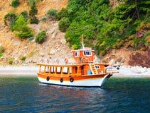 在离开的海湾,土耳其的橙色游艇 库存图片