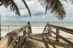 在离开的海滩沙丘的木台阶在Vero 免版税库存照片
