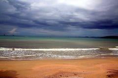 在离开的海滩的风雨如磐的天空 库存照片