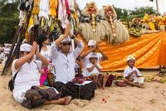 在仪式Melasti仪式期间的当地人 库存图片