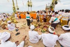在仪式Melasti仪式期间的当地人 图库摄影