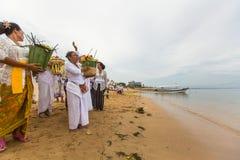 在仪式Melasti仪式期间的当地人 免版税图库摄影