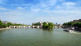 在巴黎援引横跨塞纳河的海岛和新桥桥梁 免版税库存图片